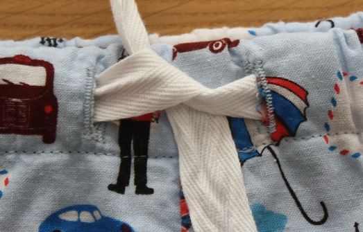 Pyjama bottoms buttonhole detail