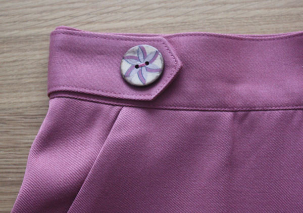 Sewaholic Hollyburn skirt button tab and top stitching detail